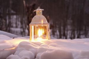 Lanterne sur la neige