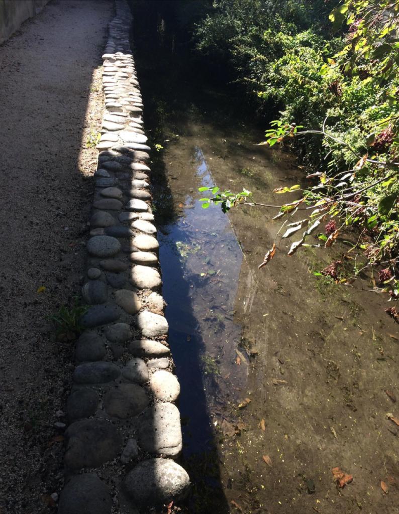 Canal -mur de pierres
